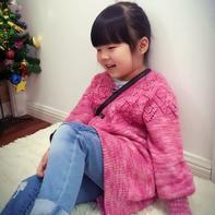 时尚手编宝宝毛衣款式之从上往下织的女童棒针开衫大毛衣