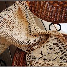 细棉草和纸钩针网格玫瑰花花样桌旗