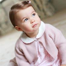 英国夏洛特公主周岁写真萌照 粉蓝洋装外搭毛线小开衫