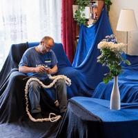 爱沙尼亚一男子为该国百年纪念日编织世界最大国旗