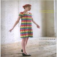 女士钩针色彩鲜艳靓丽、配色大胆的彩虹连衣裙