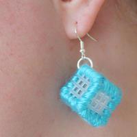 钩包用的塑料网格片还可以制作个性毛线耳饰
