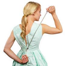 你有为如何拉连衣裙后背的拉链而苦恼吗?穿衣小神器助你轻松拉拉链