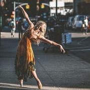 有过专业训练的舞者却痴迷用钩针进行街头艺术