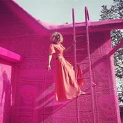 艺术家Olek用粉色毛线包裹整栋房屋