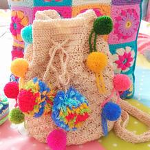 一款钩包两种范儿 或甜美或大牌钩针束口袋