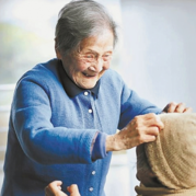 这些老人用编织演绎出编织的精彩与生命的美丽