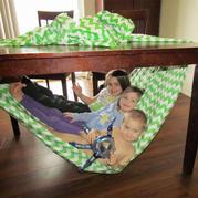 一条旧床单搞定熊孩子们的一些玩耍需要