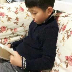 藏蓝色男孩棒针T恤领套头毛衣