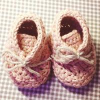 带鞋舌的钩针宝宝鞋子