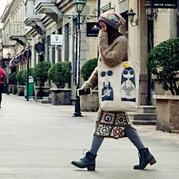 街拍时尚简约女士棒针毛衣搭祖母方格拼花裙