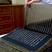艺术家用丝绸打造精致柔美经典书籍
