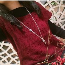 云绒叁柒酒红色女士棒针镂空背心套衫