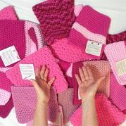 美国数千名女性织上万顶粉色猫帽抗议