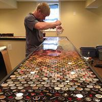 小伙2530枚啤酒瓶盖打造炫彩家庭酒吧台面