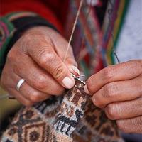 葡萄牙编织 将毛线挂在身上进行编织的古老棒针编织技术