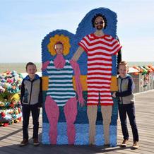 毛线涂鸦包裹英小镇百年码头 与游客趣味互动