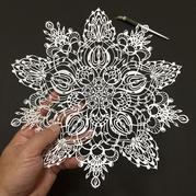 日本艺术家用一把刻刀精雕细刻出如蕾丝般的纸艺术