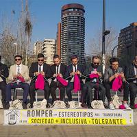 织毛衣的男人们走上街头织毛衣反对性别歧视