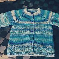 从上往下织云朵蓝白段染宝宝棒针开衫