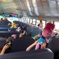 温暖有爱美国校车司机为孩子们编织个性玩偶