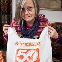 英国这位织女放毛线的袋子火了 用了36年的超市塑料购物袋