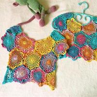 小花样拼出色彩斑斓儿童钩针罩衫