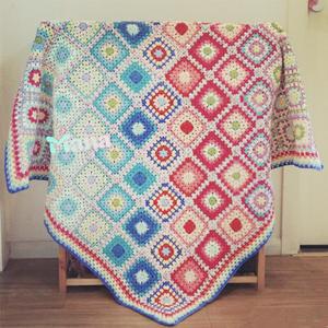 配色超美的彩虹色经典钩针祖母方格毯子