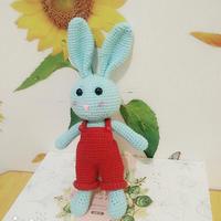 衣服可以穿脱的钩针背带裤小兔子玩偶编织图解