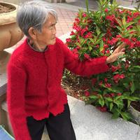 不甘迟暮 傲雪寒梅送老母亲的红色棒针开衫毛衣