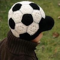 一款很漂亮的足球帽 儿童钩针有檐帽子奔驰娱乐