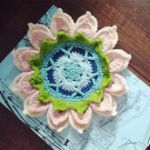 桌面盛开的小花 简单却不单调的钩针立体花装饰垫