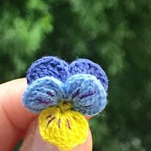 做一个温柔的三色堇 毛线钩花编织图解