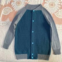实用大方儿童钩织结合撞色棒球服
