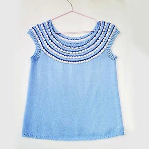 从领口开始钩的浅蓝色钩织结合园肩套衫
