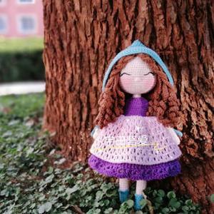 冬日女孩 毛线编织穿斗篷的钩针卷发女孩编织说明