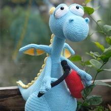 成品很惊艳的钩针消防恐龙玩偶