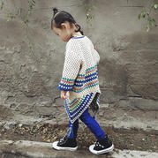 回头率超高的儿童�K钩针母方格流苏罩衫