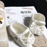 手工编织宝宝钩针雕花鞋和懒汉鞋