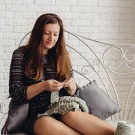 走现代简约风的姑娘把定制毛衣店开到了网上