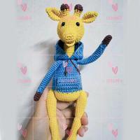爱心编织钩针穿卫衣的长颈鹿