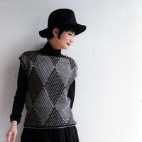 编织方法非常有趣的双色钩针菱形花纹无袖套衫