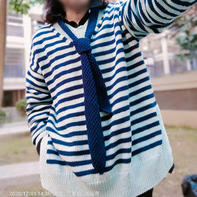 学院风女士棒针Ⅴ领开叉配领带条纹毛衣