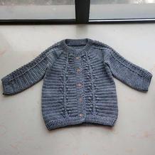 从领口开始编织的儿童仿阿兰花样钩针开衫