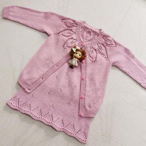 粉可爱彩叶 儿童棒针育克圆肩叶子花开衫与背心裙