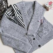 浅灰色美丽诺羊毛女士棒针麻花口袋开衫
