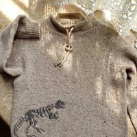 男童棒针恐龙图案彩点羊毛抽绳领套头毛衣