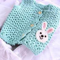 男女宝宝都适合的兔子装饰钩针马甲 儿童婴儿毛衣织法视频教程